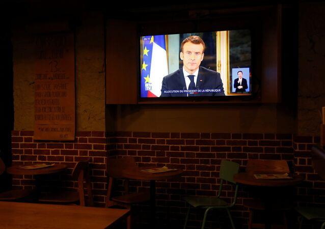 El presidente de Francia, Emmanuel Macron, en la pantalla de una tele