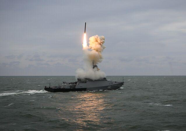 Lanzamiento de un misil desde un buque (imagen referencial)