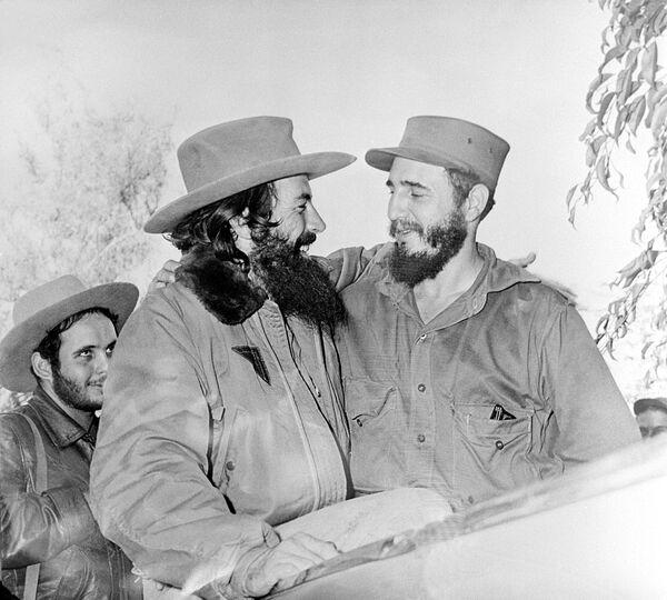Camilo Cienfuegos y Fidel Castro, enero de 1959 - Sputnik Mundo