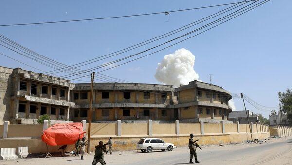 Humo tras una explosión en Mogadiscio, Somalia - Sputnik Mundo