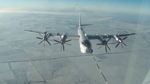 Publican un vídeo de los vuelos de los bombarderos estratégicos rusos Tu-160 y Tu-95 - Sputnik Mundo