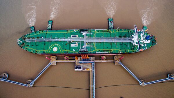 Un petrolero descarga crudo en una terminal en Zhoushan (China) - Sputnik Mundo