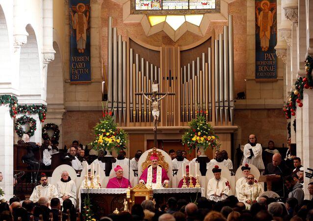 El patriarca latino en funciones de Jerusalén Pierbattista Pizzaballa en una misa en la Iglesia de la Natividad en la víspera de Navidad, en Belén, en la Cisjordania ocupada por Israel