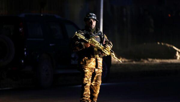 Un miembro de la fuerza de seguridad afgana vigila el lugar de un ataque en Kabul, Afganistán - Sputnik Mundo