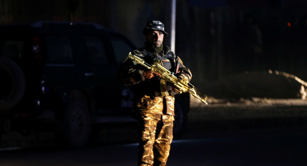 Un miembro de la fuerza de seguridad afgana vigila el lugar de un ataque en Kabul, Afganistán