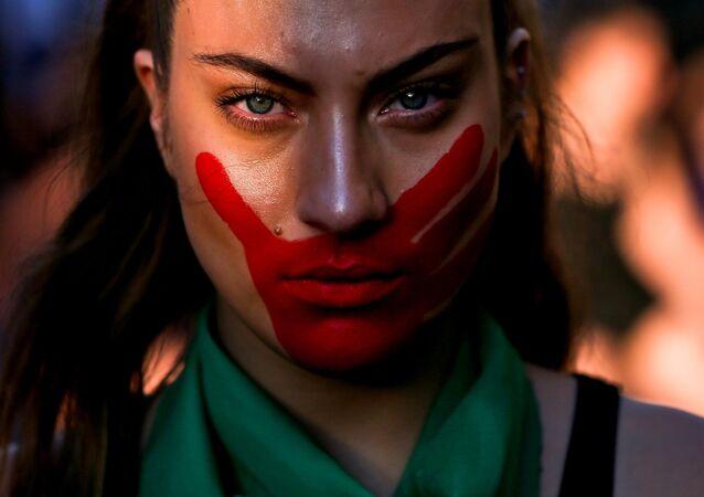En vísperas del Día Internacional Contra la Violencia de Género, el 22 de noviembre, las mujeres chilenas salieron a las calles de Santiago en una marcha para condenar el sexismo que aún existe en la sociedad.