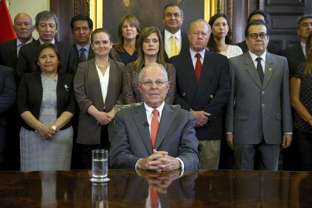 A un día de la inminente moción de censura, el 21 de marzo, el presidente peruano Pedro Pablo Kuczynski presentó su renuncia. El abandono del poder tuvo lugar en medio de los casos de corrupción relacionados con la empresa brasileña Odebrecht.