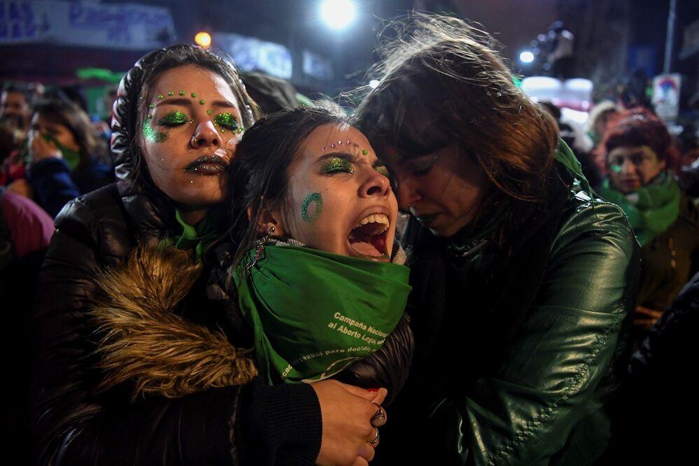 El Senado de Argentina rechazó el proyecto de ley para legalizar el aborto el 9 de agosto de 2018. La iniciativa causó gran polémica entre diferentes sectores de la sociedad. Según estimaciones, hasta 450.000 mujeres argentinas abortan cada año de forma clandestina, lo que eleva el número de muertes.