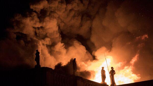 El incendio en el Museo Nacional de Brasil en Río de Janeiro - Sputnik Mundo