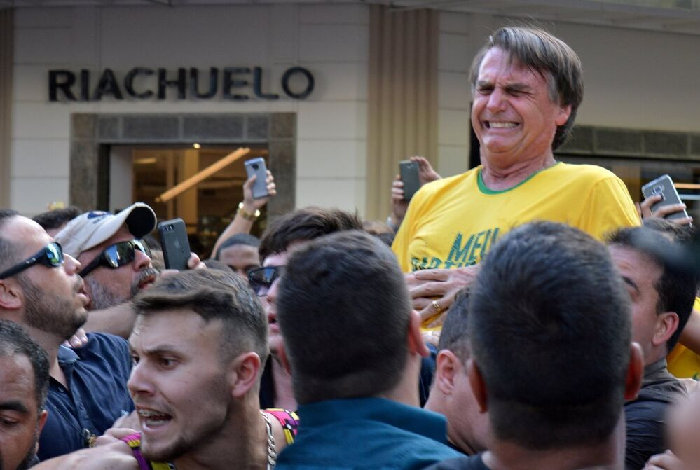 El candidato a la presidencia de Brasil, Jair Bolsonaro, fue apuñalado durante un acto de campaña en Minas Gerais el 6 de septiembre por un sujeto que fue detenido rápidamente por la multitud que lo rodeaba. La grave herida y hospitalización de Bolsonaro no le impidió vencer en las elecciones. El candidato tomará posesión el 1 de enero de 2019.