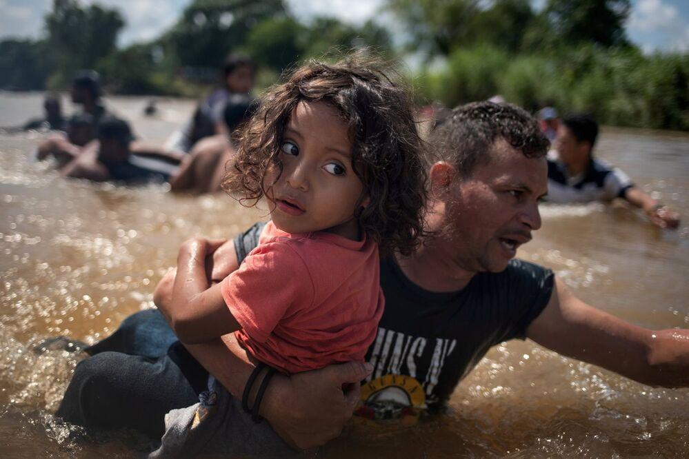 En octubre, miles de migrantes centroamericanos atravesaron cientos de kilómetros para llegar a la frontera entre México con EEUU con la esperanza de pedir asilo a las autoridades estadounidenses. La violencia y la pobreza que viven diariamente miles de ciudadanos centroamericanos, no les ha dejado otra opción que arriesgarse a realizar el largo viaje en busca de una vida mejor.