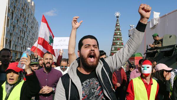 Un hombre participa en una protesta por la economía y la política del Líbano en Beirut - Sputnik Mundo