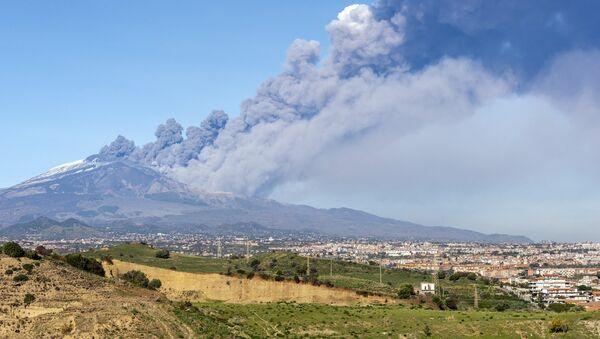 Erupción del volcán Etna - Sputnik Mundo