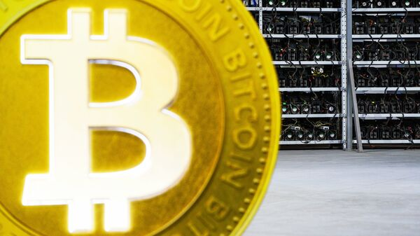 La maqueta de un bitcoin - Sputnik Mundo