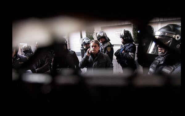 Guadalupe (adentro) del predio en Zapata #68 observa al abogado Mario Platas Pacheco (afuera) que ordena su desalojo forzoso con la fuerza policial - Sputnik Mundo