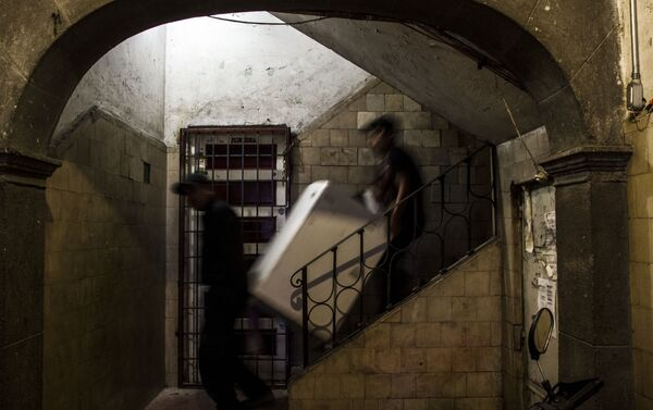 Cargadores desalojan un departamento en el edificio de Zapata #68 - Sputnik Mundo