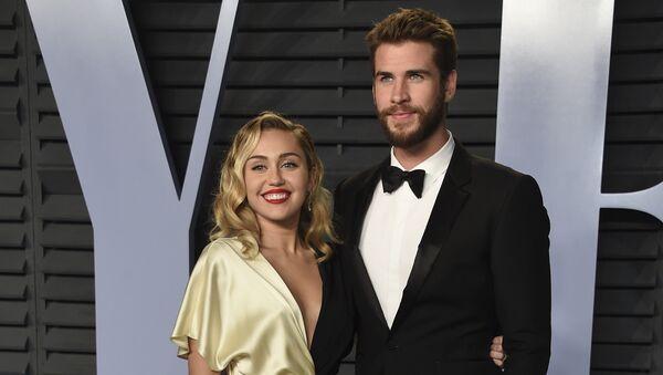 Miley Cyrus, cantante, y su pareja, el actor Liam Hemsworth - Sputnik Mundo
