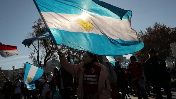 Un hincha con la bandera de Argentina - Sputnik Mundo