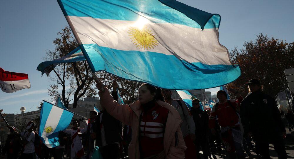 Un hincha con la bandera de Argentina