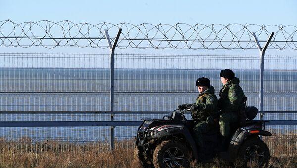 La valla instalada en la frontera entre Crimea y Ucrania - Sputnik Mundo