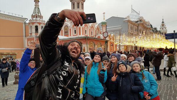 Escolares, durante una excursión por la Plaza Roja, posan para una foto con Tomer Savoia - Sputnik Mundo
