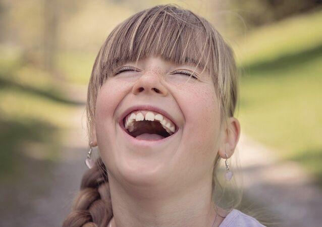 Una niña se ríe
