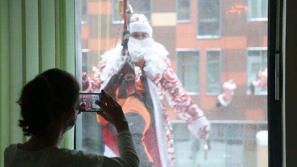 Decenas de Papás Noel visitan un hospital infantil en Rusia - Sputnik Mundo