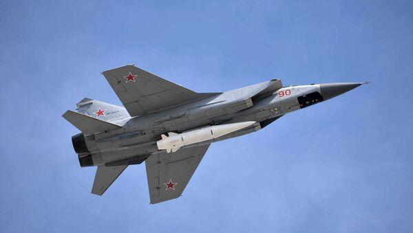 Un caza MiG-31K con el misil hipersónico Kinzhal, foto archivo - Sputnik Mundo