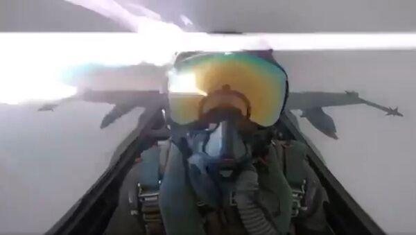 Un relámpago impacta contra un caza - Sputnik Mundo