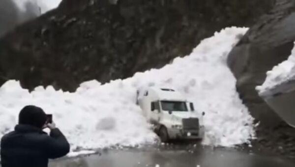 Una avalancha de nieve sepulta un camión - Sputnik Mundo