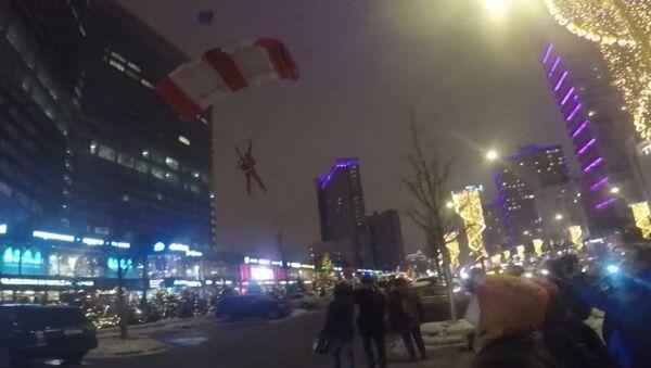 Unos Papás Noel paracaidistas aterrizan en el corazón de Moscú - Sputnik Mundo