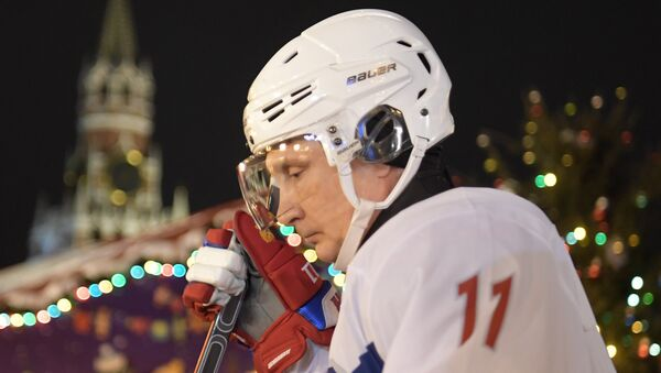 Vladímir Putin, presidente de Rusia, durante un partido de hockey en la Plaza Roja - Sputnik Mundo