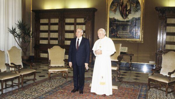 El líder soviético, Mijaíl Gorbachov, y el papa Juan Pablo II (archivo) - Sputnik Mundo