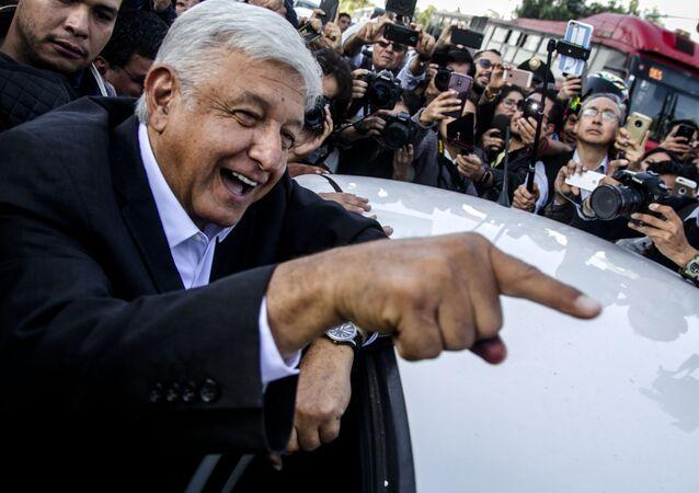 El presidente Andrés Manuel López Obrador ríe antes de entrar a su auto, en Ciudad de México