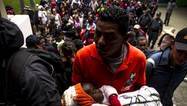 Un migrante espera turno en México para su refugio en EEUU, en Tijuana, Baja California - Sputnik Mundo
