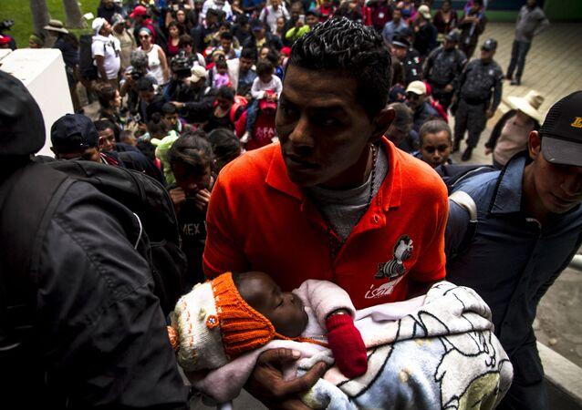 Un migrante espera turno en México para su refugio en EEUU, en Tijuana, Baja California