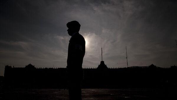 Un elemento de las Fuerzas Armadas frente al Palacio Nacional, en Ciudad de México. El uso del Ejército para tareas de policía recibió críticas de las diferentes organizaciones de derechos humanos. - Sputnik Mundo