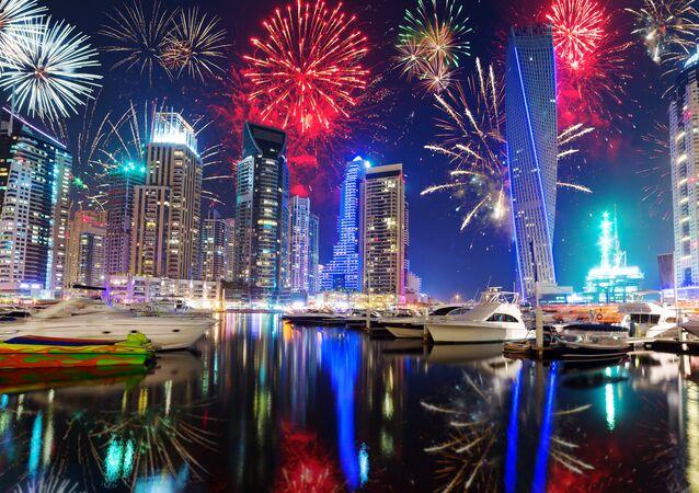 Fuegos artificiales en Dubái, foto de archivo