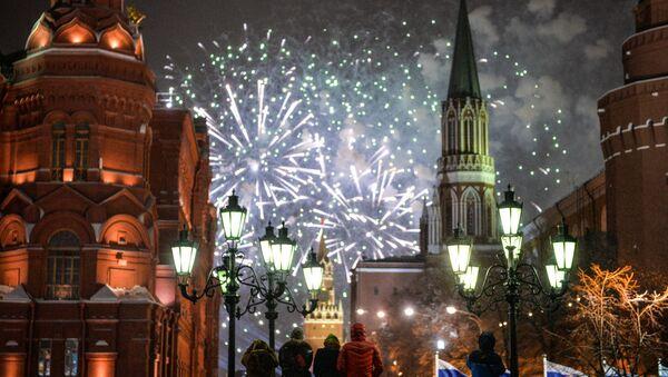 Fuegos artificiales en la Plaza Roja de Moscú, foto de archivo - Sputnik Mundo