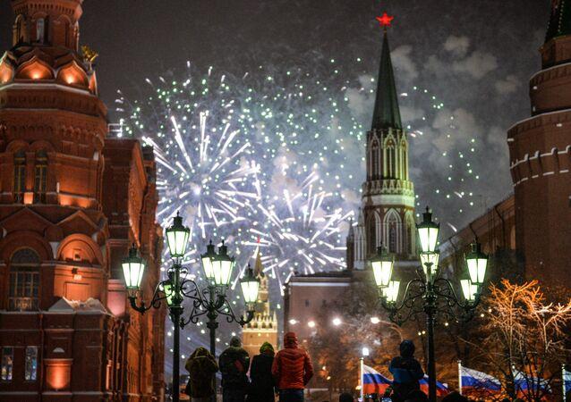 Fuegos artificiales en la Plaza Roja de Moscú, foto de archivo