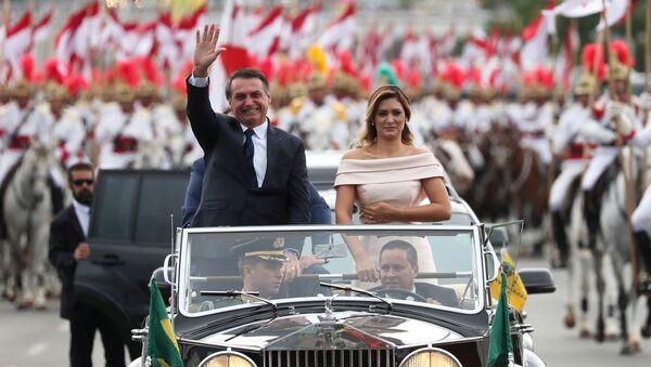 El nuevo presidente de Brasil, Jair Bolsonaro, saluda al llegar a la ceremonia de juramento que se celebró en Brasilia el 1 de enero del 2019 - Sputnik Mundo