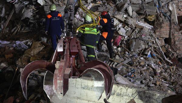 Derrumbe de un edificio residencial en Magnitogorsk, Rusia - Sputnik Mundo
