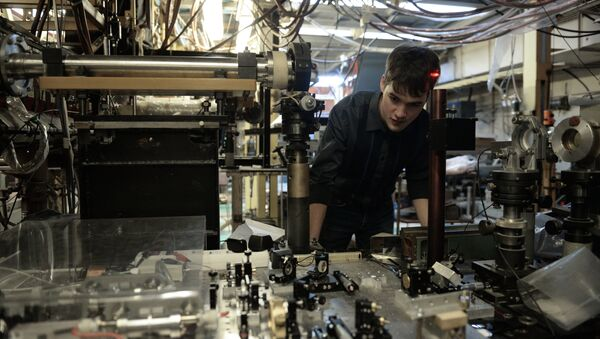 Un científico del Instituto de Física Nuclear en la plataforma donde se encuentra la Trampa Abierta - Sputnik Mundo