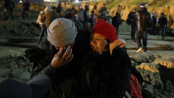 Migrantes afectados de gas lacrimógeno - Sputnik Mundo