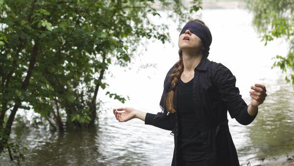 Una joven con los ojos vendados - Sputnik Mundo