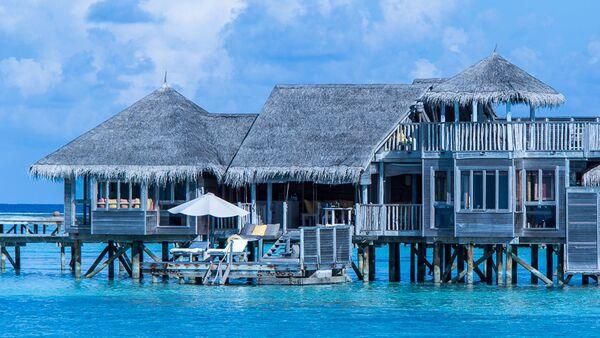 Una villa situada sobre el agua en las Maldivas - Sputnik Mundo