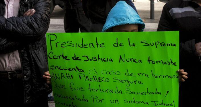 Niño con una cartulina que rechaza al presidente de la Suprema Corte de Justicia de la Nación y reclama justicia para su hermana