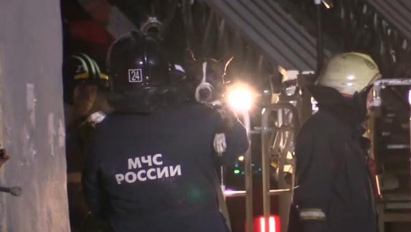 Un perro sobrevive tres días bajo los escombros del edificio desplomado en Magnitogorsk - Sputnik Mundo