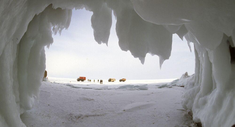 Una cueva helada en el lago Baikal