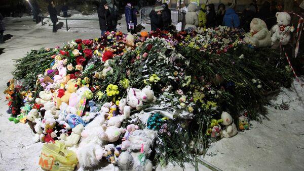 Las fllores en memoria de fallecidos en Magnitogorsk - Sputnik Mundo